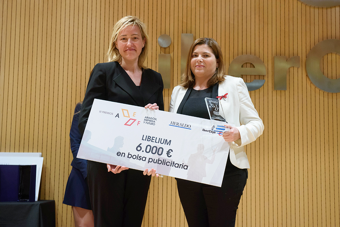 Elena García-Lechuz received the prize from the Marta Gastón