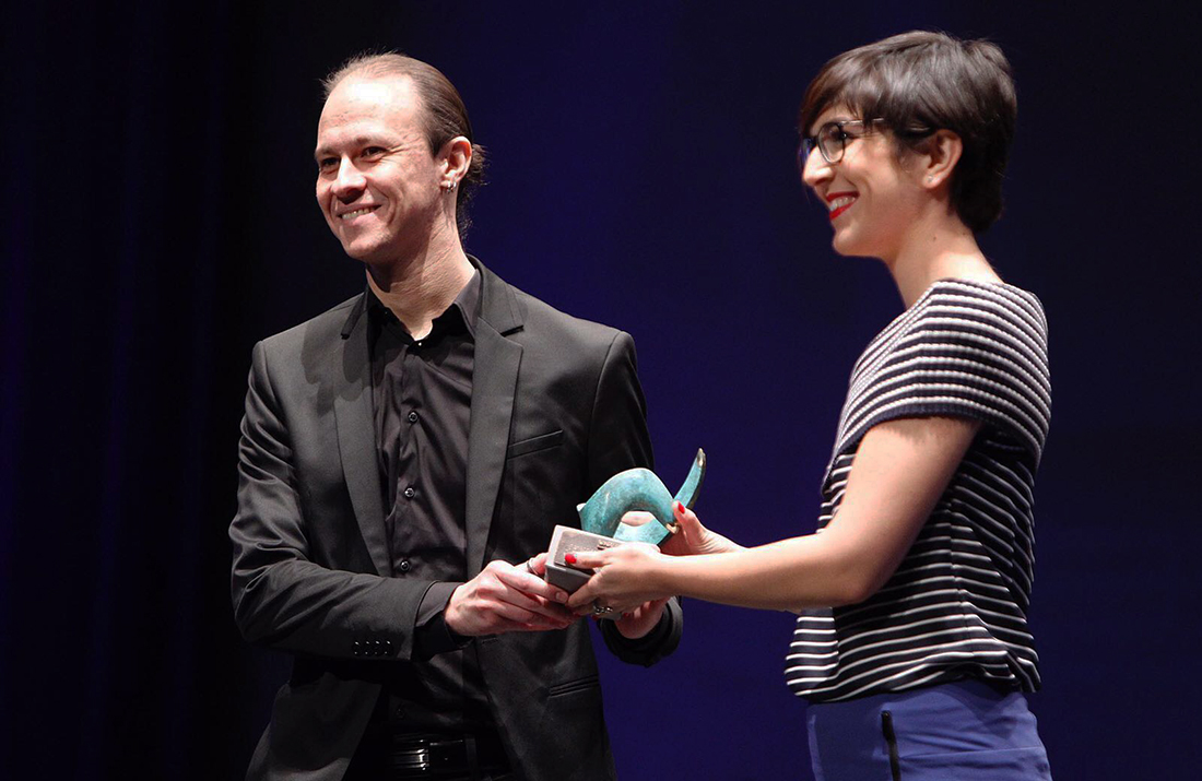 David Gascón, Libelium CTO, receives the prize from Violeta Barba, president of Aragón Court