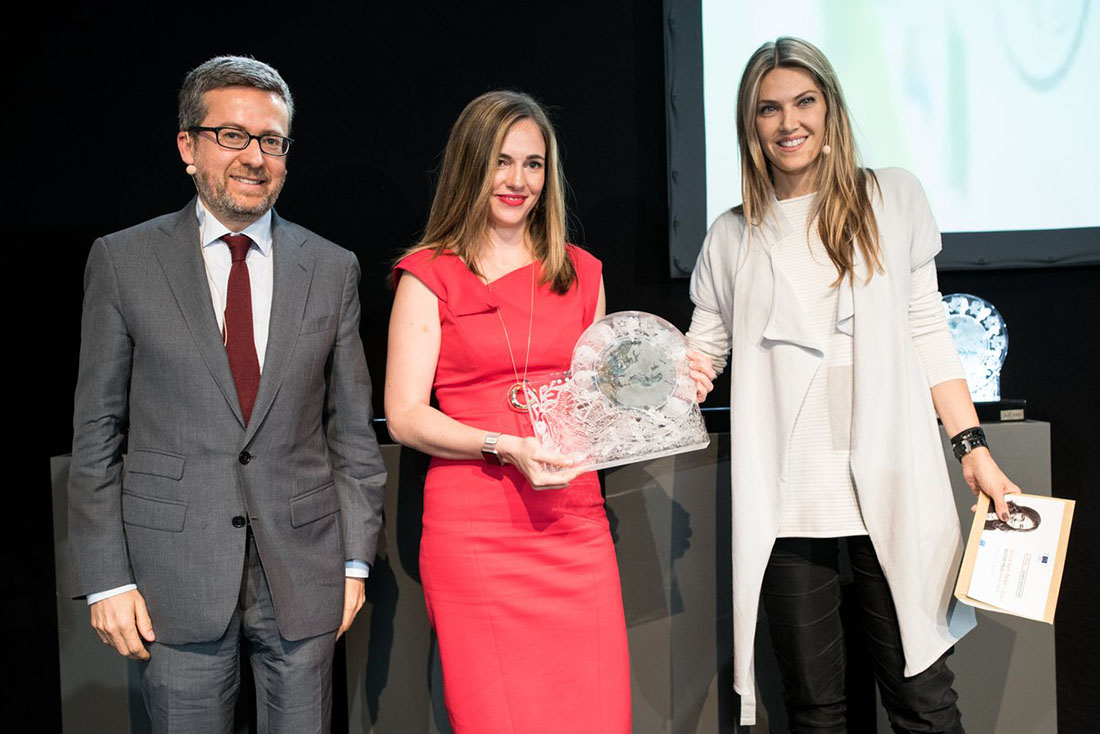 Alicia Asín receives the prize from Carlos Moedas and Eva Kaili