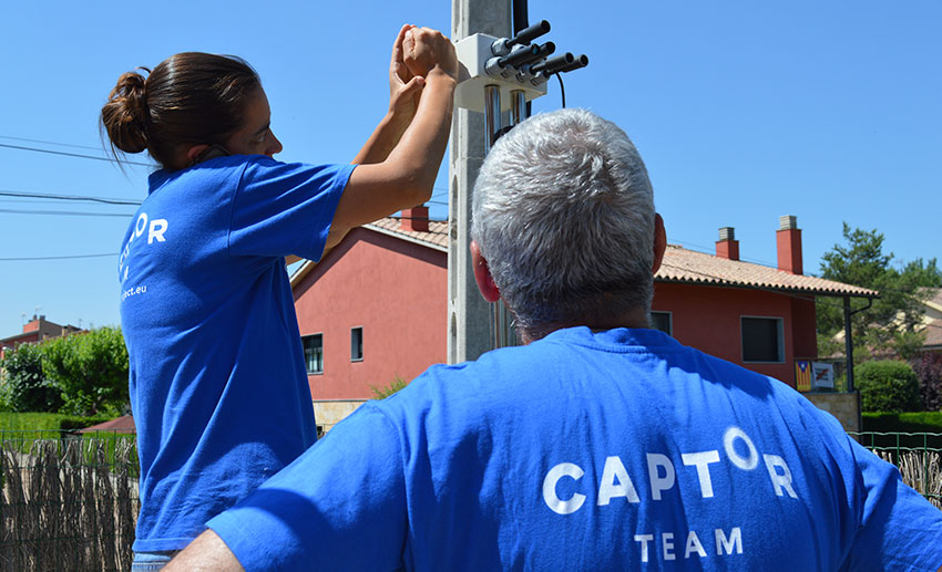 The CAPTOR team installs nodes in volunteers' homes